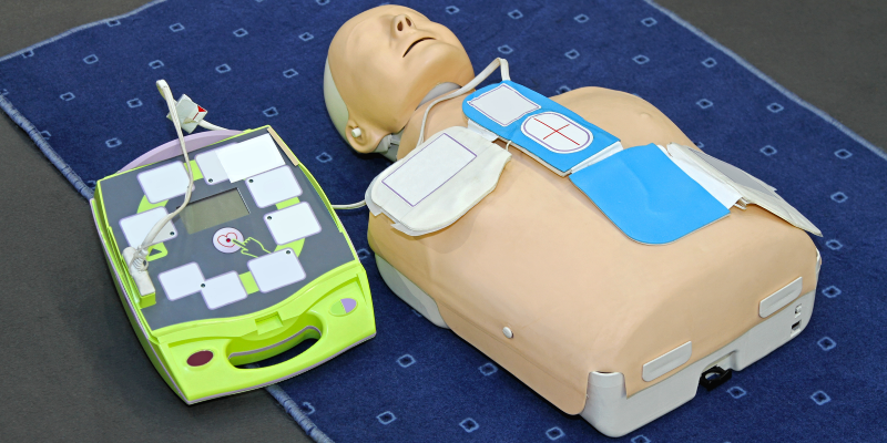 Image of a first aid dummy with defibrillator